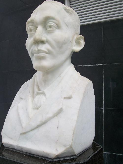 Marmol na busto ni Mabini na nilikha ni G.T. Nepomuceno sa ilalim ng