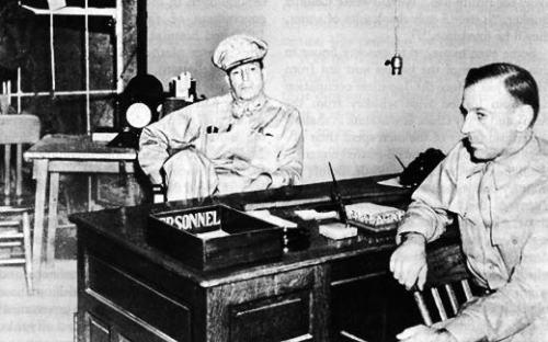 Si Heneral Douglas MacArthur sa loob ng Malinta Tunnel.