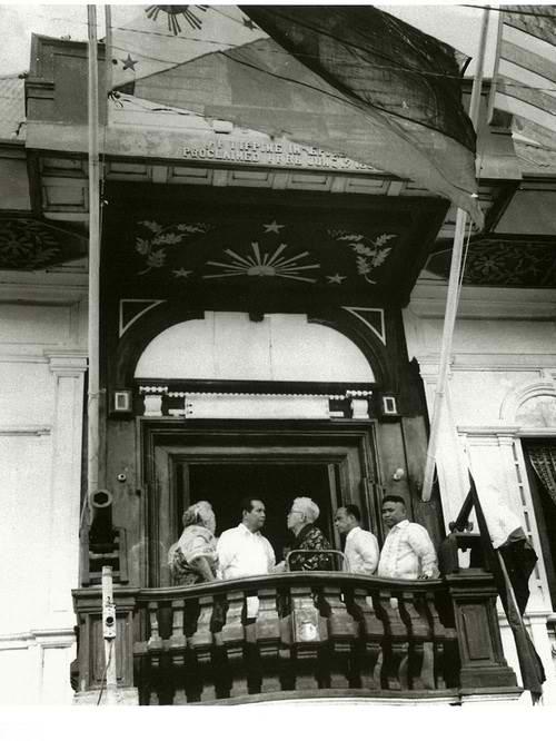 Unang pagdiriwang ng June 12 Independence Day sa Kawit, Cavite noong 1962:  Ang matandang Aguinaldo kasama si Pangulong Diosdado Macapagal.  Mula sa gov.ph.