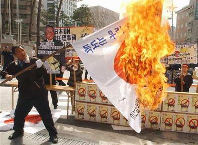 Protesta laban sa mga pagbisita ni Koizumi sa Yasukuni Shrine.   Mula sa japanfocus.org