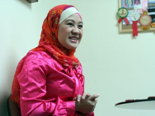 Princess Sittie Habibah Sarip--na gumawa ng kasaysayan bilang unang nakabelong Muslim na nagbasa ng balita sa pambansang telebisyon, siyempre sa makasaysayang Telebisyon ng Bayan.  Mula sa gmanetwork.com