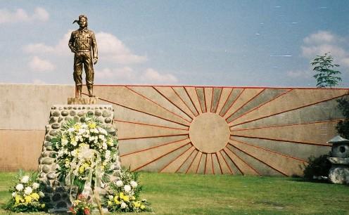 """Ang """"monumento"""" sa sayt ng kapanganakan ng Kamikaze sa Mabalacat, Pampanga sa may SCTEX.  Mula sa wgordon.web.wesleyan.edu."""