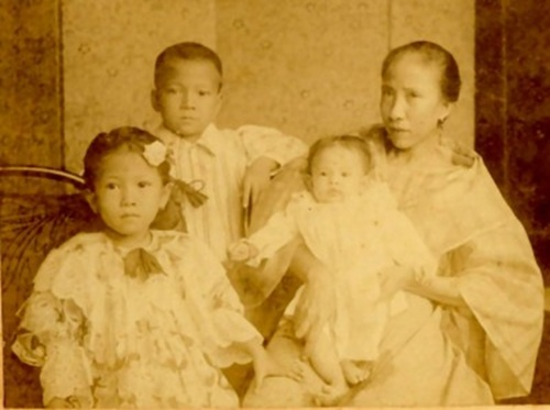Mula sa bahaynakpil.org:  Family Portrait ca. 1900 - L to R: Daughter Julia, only son Juan, and Gregoria de Jesus holding her infant daughter Francisca on her lap. Photo courtesy of Roberto Tañada