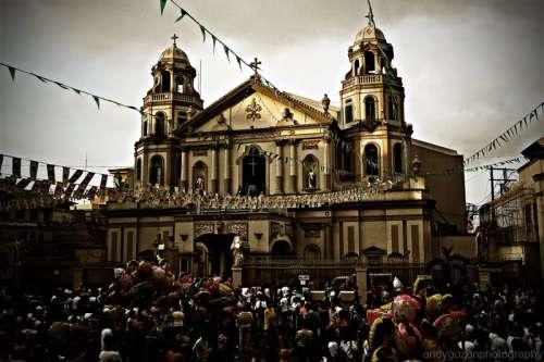 Ang facade ng Simbahan ng Quiapo sa disenyo ni Juan Nakpil.  Kuha ni Andy Gozon.