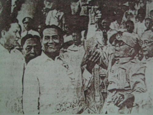 WINNER!  Itinaas ni Pangulong Diosdado Macapagal ang kamay ng pangulo ng unang republika na si Emilio Aguinaldo na noon ay mahigit 90 taong gulang na!