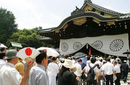 Mga bumibisita sa Yasukuni Shrine.  Mula sa theage.com.au.