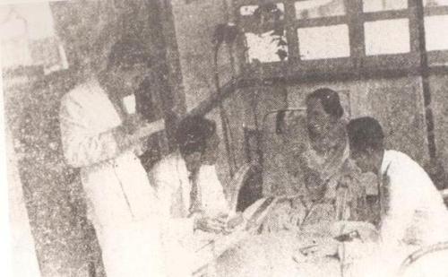Si Ka Oriang habang kinakapanayam ng mga iskolar ng bayan na nagsusulat sa Philippine Collegian.  Mula sa UP Departamento ng Kasaysayan.