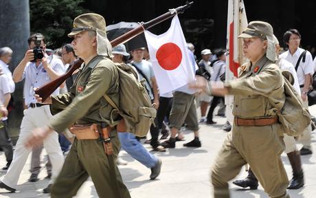 Pagsasadula ng pagbabalik ng mga beterano sa Yasukuni Shrine.  Mula sa Telegraph.