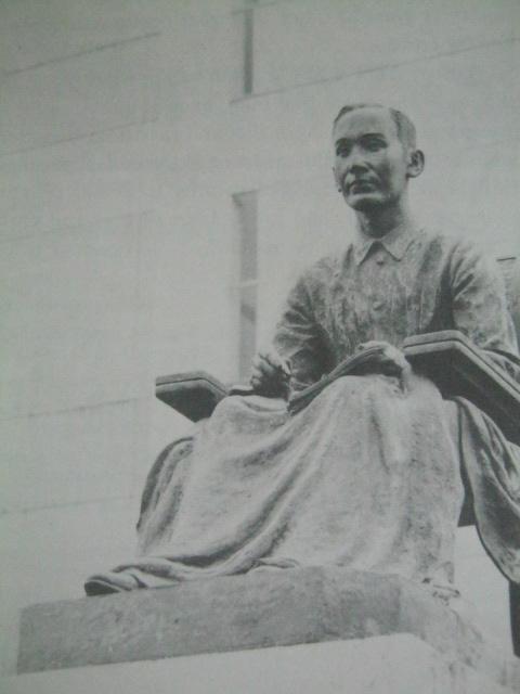 Monumento ni Mabini bilang unang Kalihim ng Ugnayang Panlabas sa Pambansang Aklatan ng Pilipinas sa gawing Daang Mabini.  Mula sa Great Lives Series.