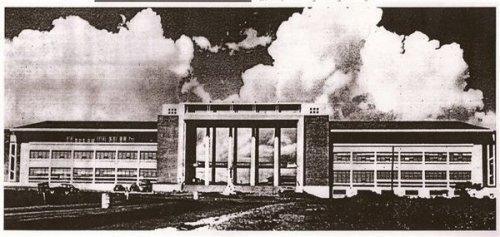 Ang Adminsitration Building ng Unibersidad ng Pilipinas--Quezon Hall.  Mula kay urbandub.wordpress.com.