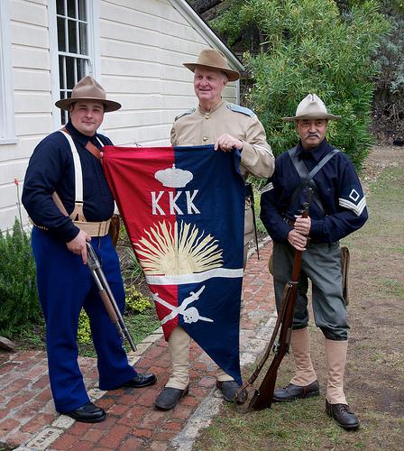 Ang bandila ng KKK sa Polo na hawak ng mga Amerikanong nagcocosplay bilang mga sundalo noong Philippine-American War.  In fairness sa effort.  Mula sa http://www.flickr.com/photos/dcnelson0381/5194186568/in/photostream/lightbox/.