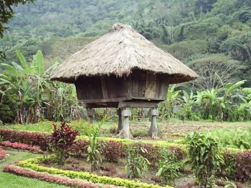Bale ng Ifugao.  Mula sa bossfromhell73.wordpress.com.