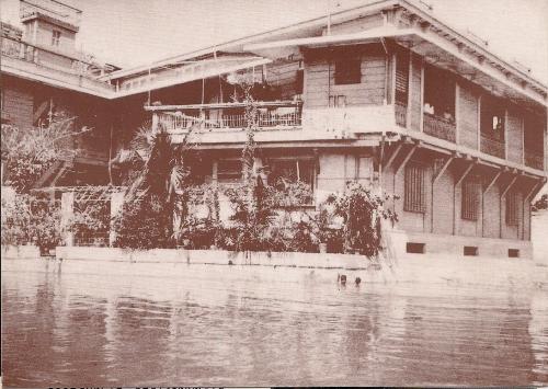 Ang likuran ng Bahay-Nakpil, may dalawang naliligo sa Estero de Quiapo sa larawan.  Ngayon, gudlak!  Mula sa Bahay Nakpil-Bautista.