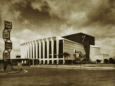 Ang dating Rizal Theater sa Makati.  Nasa sayt ng ngayon ay Shang-ri La Makati malapit sa Glorietta.  Mula sa arkitektura.ph