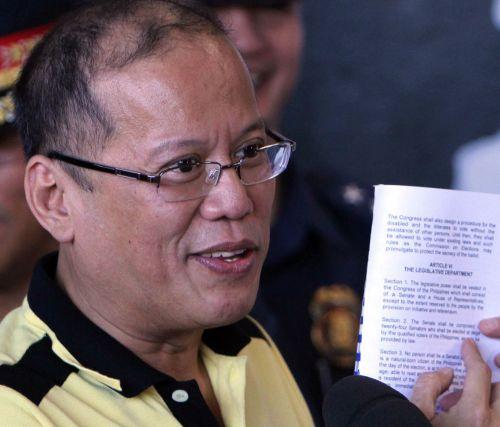 Nakangiting Pangulong Noynoy Aquino nang bumoto sa Tarlac at kinunan ng reaksyon ukol sa Isyung Taiwan at ng halalan 2013.  E ano bang problema kung nakangiti, at least hindi supladito.  Mula sa inquirer.net.