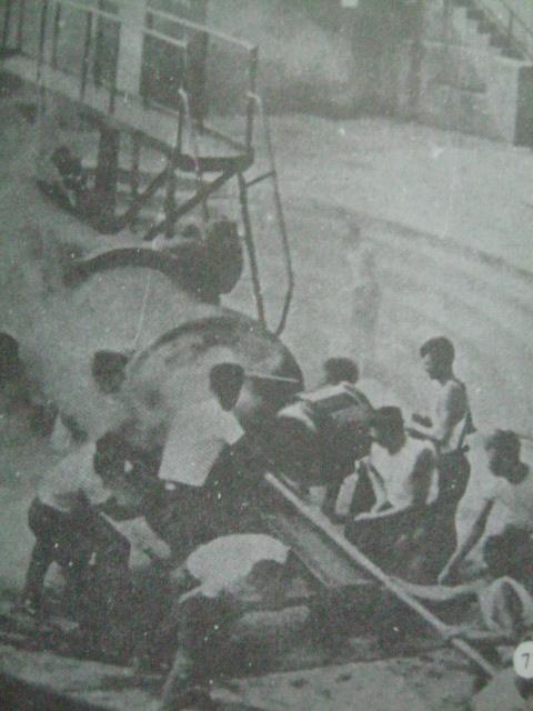Pagpapraktis ng pagpapaputok sa isa sa mga batteries.  Mula sa Corregidor ni Alfonso Aluit.
