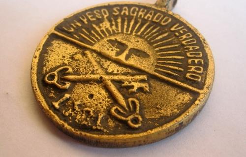 Ang anting-anting na may araw na simbolo ng Bathala.  Mula sa- orasyondeusabbas-blogspot.com.