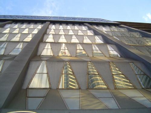 Ang mas matandang Rufino Building sa ilalim ng naging isa sa pinakamataas na gusali sa buong Pilipinas, ang Rufino Tower na idinagdag na lamang.