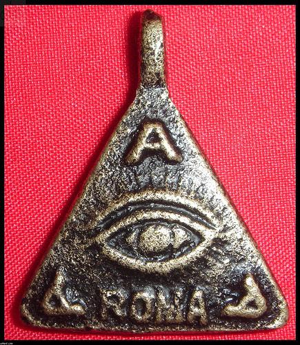 Ang anting-anting na tatsulok na may mata.  Ang tatsulok ay simbolo ng bundok ng Bathala sa sinaunang pananampalataya.
