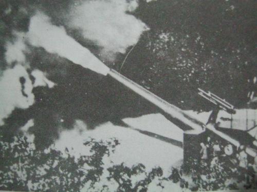 Ang isa sa mga kanyon ng Corregidor habang pumuputok noong Labanan sa Corregidor.  Mula sa Corregidor ni Alfonso Aluit.