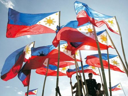 Isang karagatan ng mga bandilang Pilipino.  Mula sa diversityhuman.com.