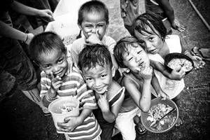 Mahirap ngunit nakangiti. Mula sa poverties.org.