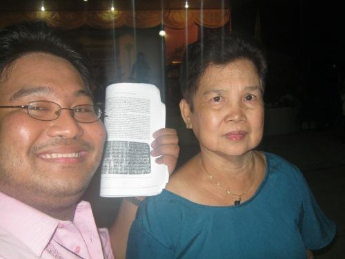 Si Xiao Chua at si Gng. Romana Legisma,   April 4, 2013.  Mula sa Sinupan ng Aklatang Xiao Chua.