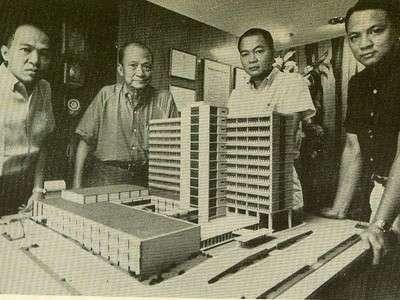 Si Juan Nakpil at ang kanyang mga arkitekto sa harap ng scale model ng disenyo niya para sa pambansang punong himpilan ng Social Security System sa Lungsod Quezon.  Mula sa arkitektura.ph