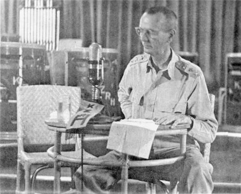 Isang rare photo, ibang anggulo, ng radio address ni Wainwright ng pagsuko ng Corregidor.  Mula sa tragedyofbataan.com.