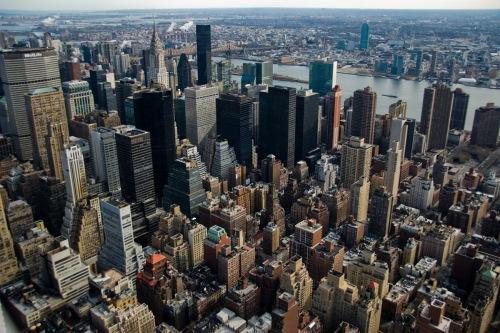 Ang mga skyscraper sa downtown Manhattan.  Sino ang mag-aakalang ang mga matatayog na gusaling ito ay may batayang dinisenyo naghango ng inspirasyon mula sa bahay na Pilipino.  Mula sa famouswonders.com.