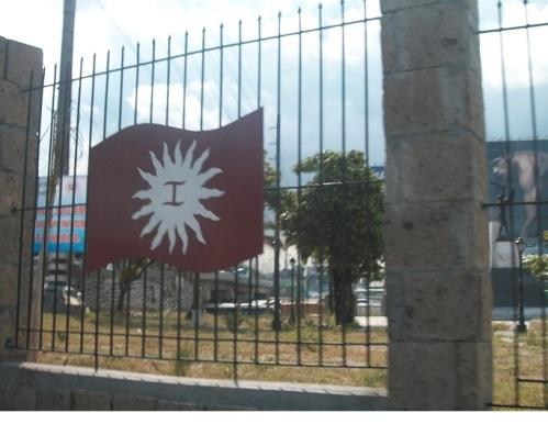 Kuha ni Michael Charleston Chua sa bakod ng Monumento sa Balintawak Clover Leaf.