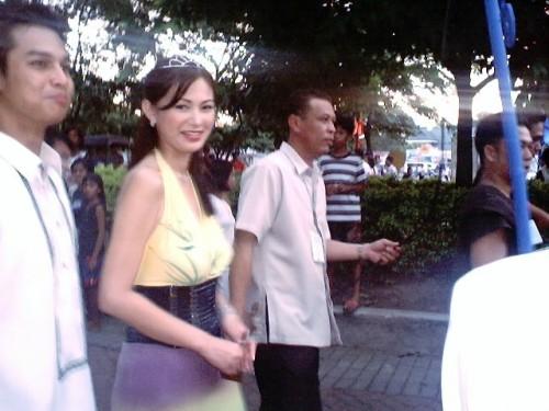 Ang crush kong si Francine Prieto bilang Reyna Elena at si Cholo Baretto bilang Konstantino sa isang Santacruzan sa Plaza Luisita Mall, San Miguel, Tarlac City noong May 29, 2004.  Magkaedad?  Hindi pwedeng mag-ina.