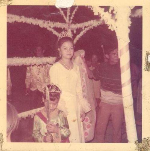 Si Edna Briones de Guzman, ang ate ng aking ina, noong siya ay maging Reyna Elena sa Luisita, San Miguel, Tarlac, Tarlac, kasama ang isang batang Konstantino.  Mula sa Sinupan ng Aklatang Xiao Chua.