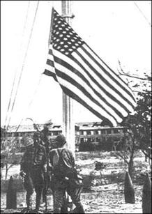 Ang muling pagtataas ng bandilang Amerikano sa Corregidor nang muling mabawi ni MacArthur ang isla, March 2, 1945.  Mula sa pacificwar.org.au.
