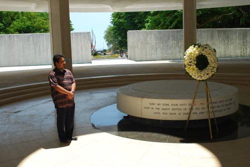Si Xiao Chua sa Pacific War Memorial noong Abril 7, 2013.  Kuha ni John Ray Ramos.