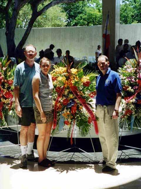 Steve and Marcia Kwiecinski sa isang anibersaryo May 6 habang ang liwanag ng Pacific War Memorial ay nasa gitna mismo ng altar.  Mula sa http://steveandmarciaontherock.blogspot.com/