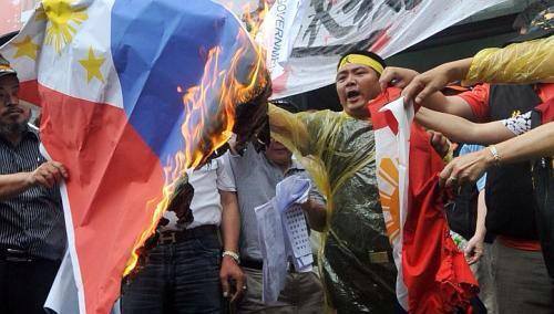 Pagsusunog ng bandilang Pilipino ng mga nagpoprotestang Taiwanese.