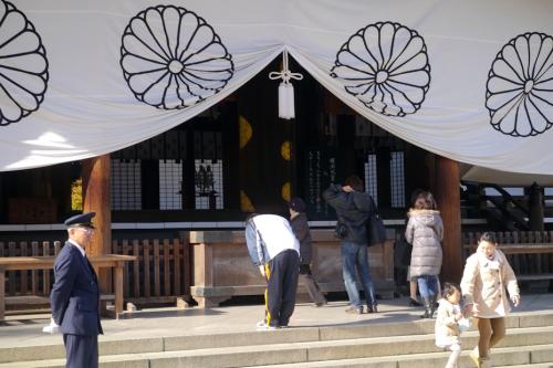 Mga bumibisita sa Yasukuni Shrine.