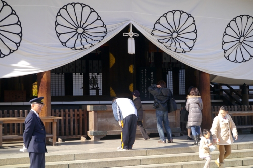 Mga bumibisita sa Yasukuni Shrine.