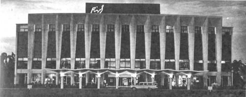 Ang dating Rizal Theater sa Makati.  Nasa sayt ng ngayon ay Shang-ri La Makati malapit sa Glorietta.