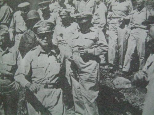 Si MacArthur sa muling nabawing isla ng Corregidor.  Mula sa Corregidor ni Alfonso Aluit.