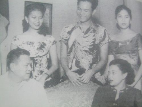 Si Pangulong Magsaysay at si Gng. Luz Banson Magsaysay kasama ang kanilang mga ana na sina Tita, Jun at Mila.