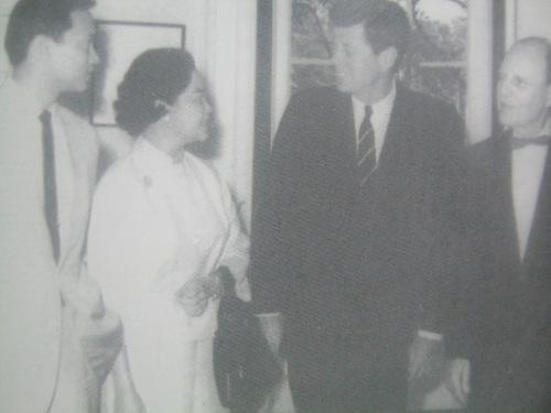 Noong 1962, nang mag-enroll sa Harvard si Jun Magsaysay, pinatawag siya at ang kanyang inang si Luz sa tanggapan ni Pangulong John F. Kennedy kasama si Heneral Ralph Lovett.  Sosyal.