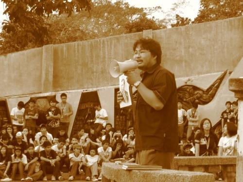 Si Xiao Chua habang nagsasalita sa 400 estudyante ng Unibersidad ng Sto. Tomas sa Bundok Nagpatong, February 8, 2009.