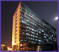 Ang pambansang punong himpilan ng Social Security System sa Lungsod Quezon sa gabi.  Mula sa philstar.com.