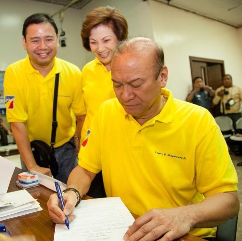 """Si JunMag kasama ang kanyang anak na si Francisco """"Paco"""" at ang kabiyak ni Jun na si Marie Louise """"Marilou"""" Kahn sa kanyang paghahain ng Certificate of Candidacy, 2013."""