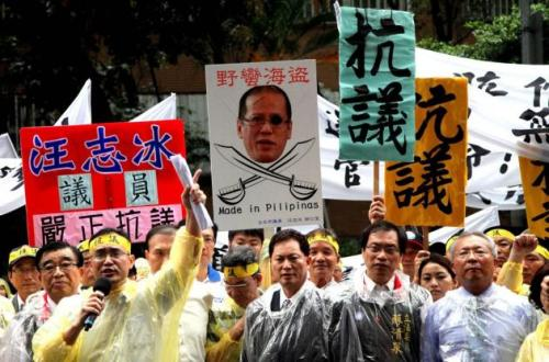 Si Pangulong Noynoy Aquino na ipinapakita bilang isang pirata sa isang protesta.  Mula sa ibtimes.com