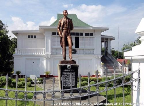Ang ancestral house at monumento ni Felipe Agoncillo sa Taal, Batangas.  Mula sa Pambansang Komisyong Pangkasaysayan ng Pilipinas.