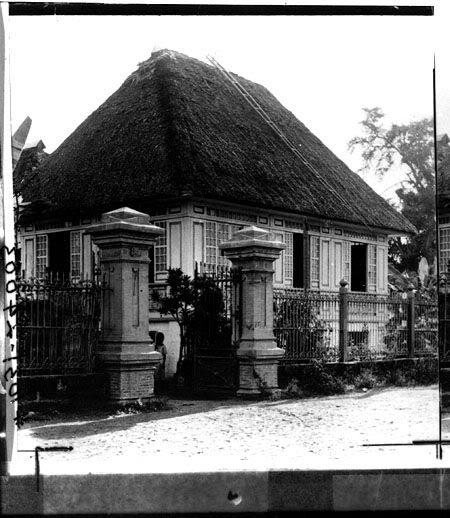 Sa gitnang bintana ng mansyon na ito ng mga Aguinaldo ipinroklama ang Independencia ng Pilipinas noong June 12, 1898.  Mula sa Retrato Filipinas Photo Collection.