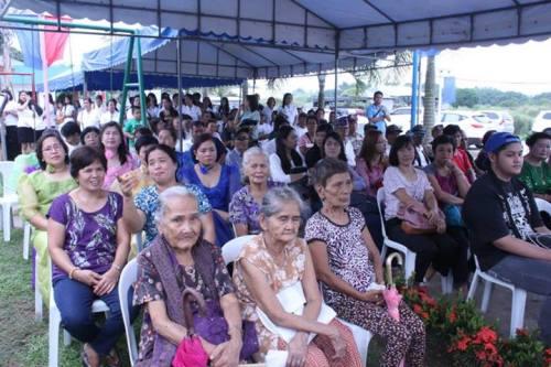 Pakikilahok ng bayan sa pagpaparangal kay Ka Luis Taruc noong June 21, 2013.  Mula sa Philippine Information Agency Gitnang Luzon.